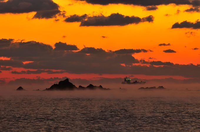 夜明け間近、土佐湾沖合の黒潮から毛嵐(けあらし)が立ち始める