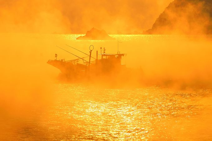 海霧の中より現れし海賊船?