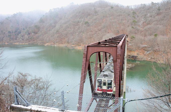 湖面が白い絨毯になる冬だけの絶景、そして真上から見る鉄道橋梁