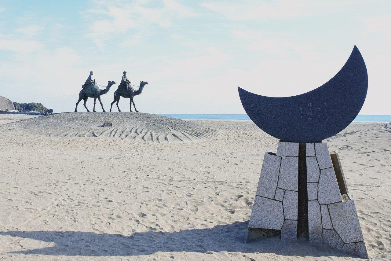 童謡の世界をリアルに映す「月の沙漠記念像」