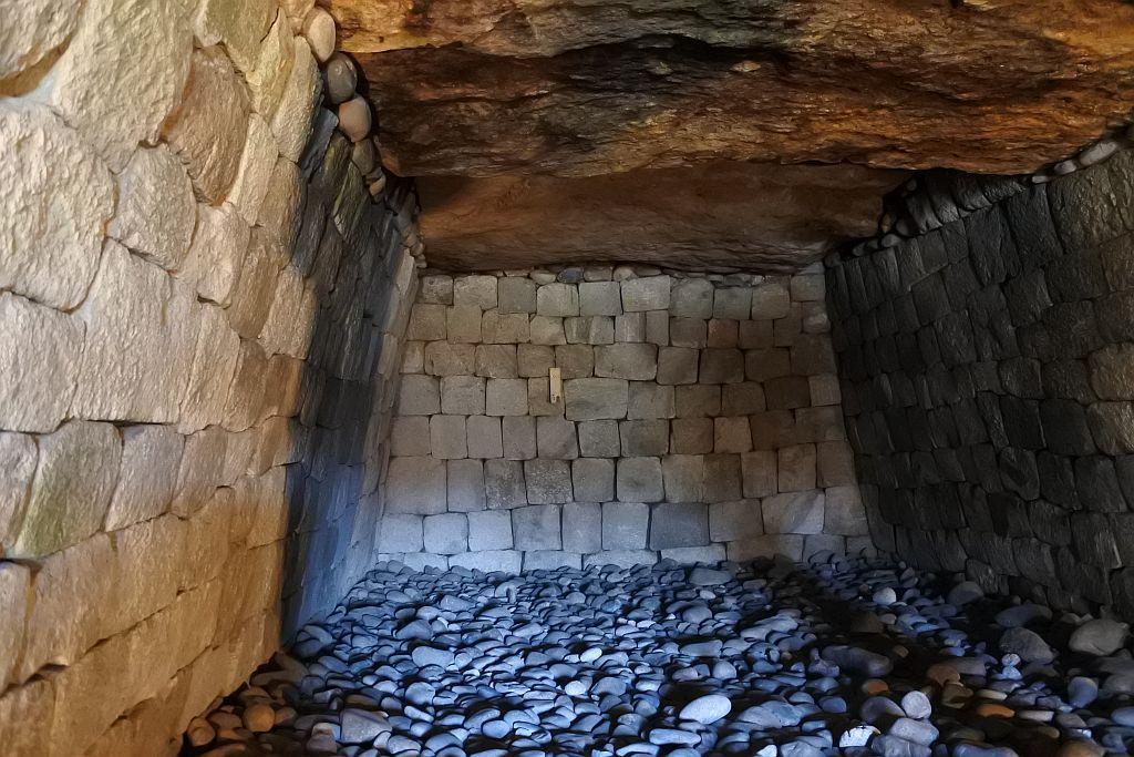 昼なお暗い石室は古代への回廊