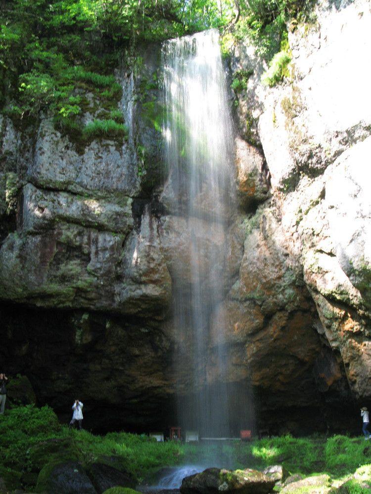 オホーツクの森の奥 マイナスイオンたっぷり 滝のウラ側が楽しめる山彦の滝!