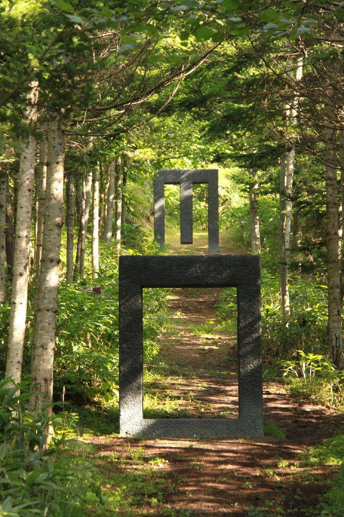 異空間への誘い トドマツの林の小道のゲート