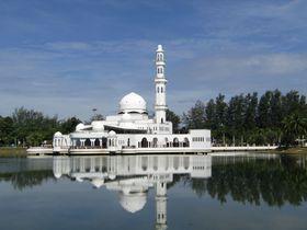 青い湖面に逆さモスク!マレーシア・白亜の「フローティングモスク」