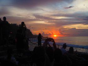 断崖絶壁にせりだす「アヤナリゾート&スパ バリ」のロックバーは夕日の絶景ポイント!