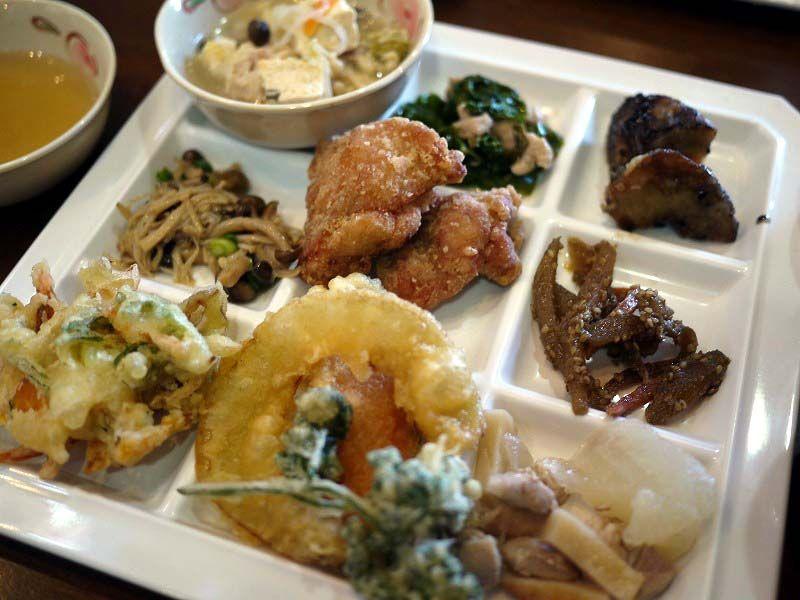 宗像産の旬の野菜をバイキング方式でたっぷり食べられる「正助茶屋」