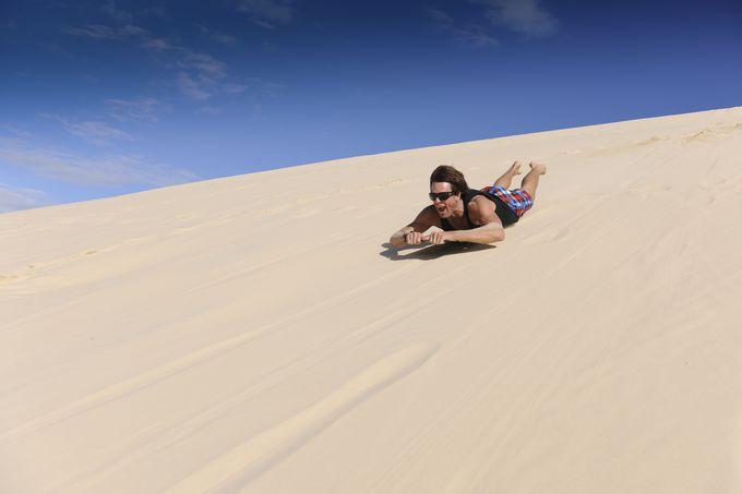 砂丘を勢いよく滑り降りよう