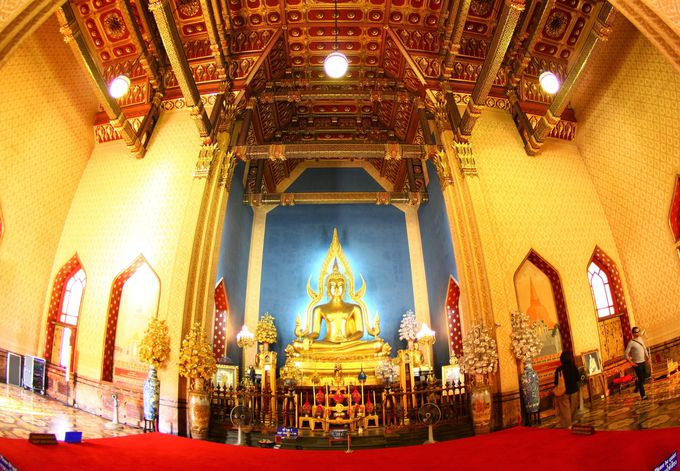 タイの三大大王・ラーマ5世が眠る本堂の内部