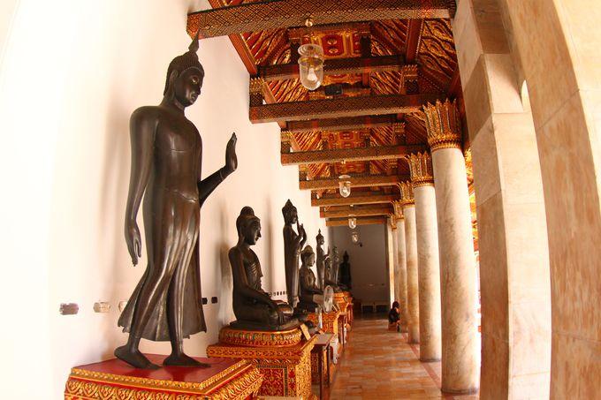 まるで博物館!世界各地の仏像が見られる回廊