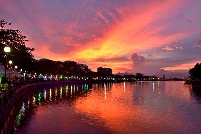 マレーシア・クチン 息をのむほど美しいサラワク川に映る夕焼け