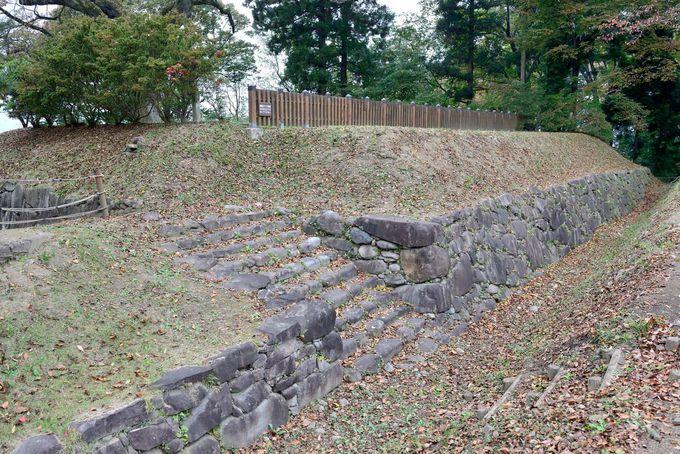 当時の石組みが残る西櫓台跡