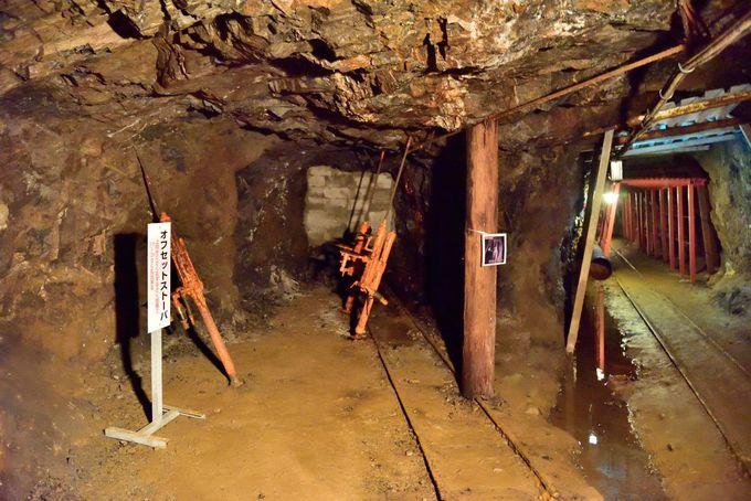 坑内に展示されている機械と酒蔵