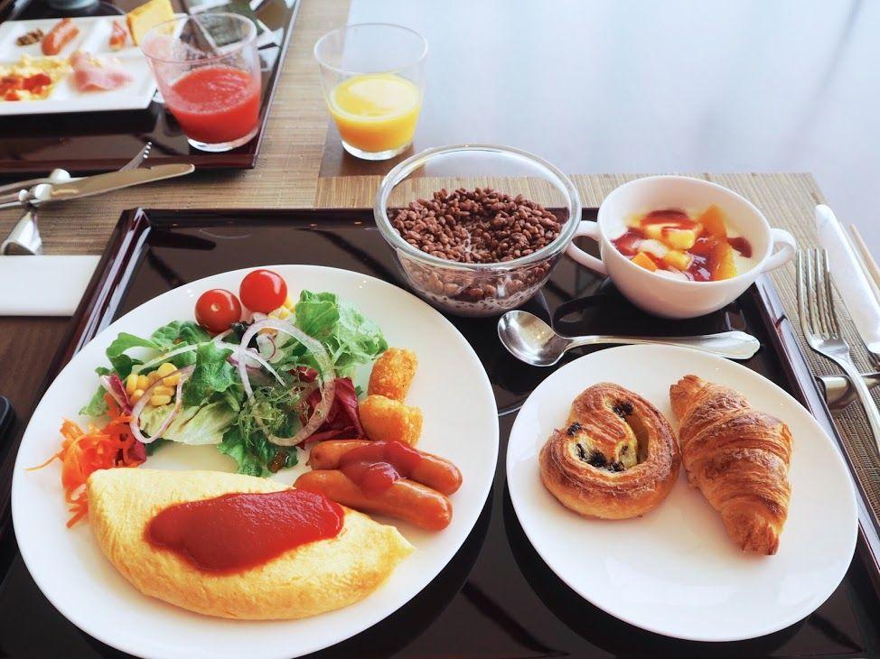 朝の光が降り注ぐ中、富士山を眺めながらの優雅な朝食