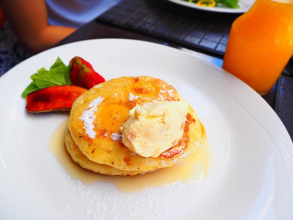 プールサイドで食べる極上の朝食