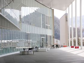まるで美術館のようなスタイリッシュ空間・岡山県新見市図書館
