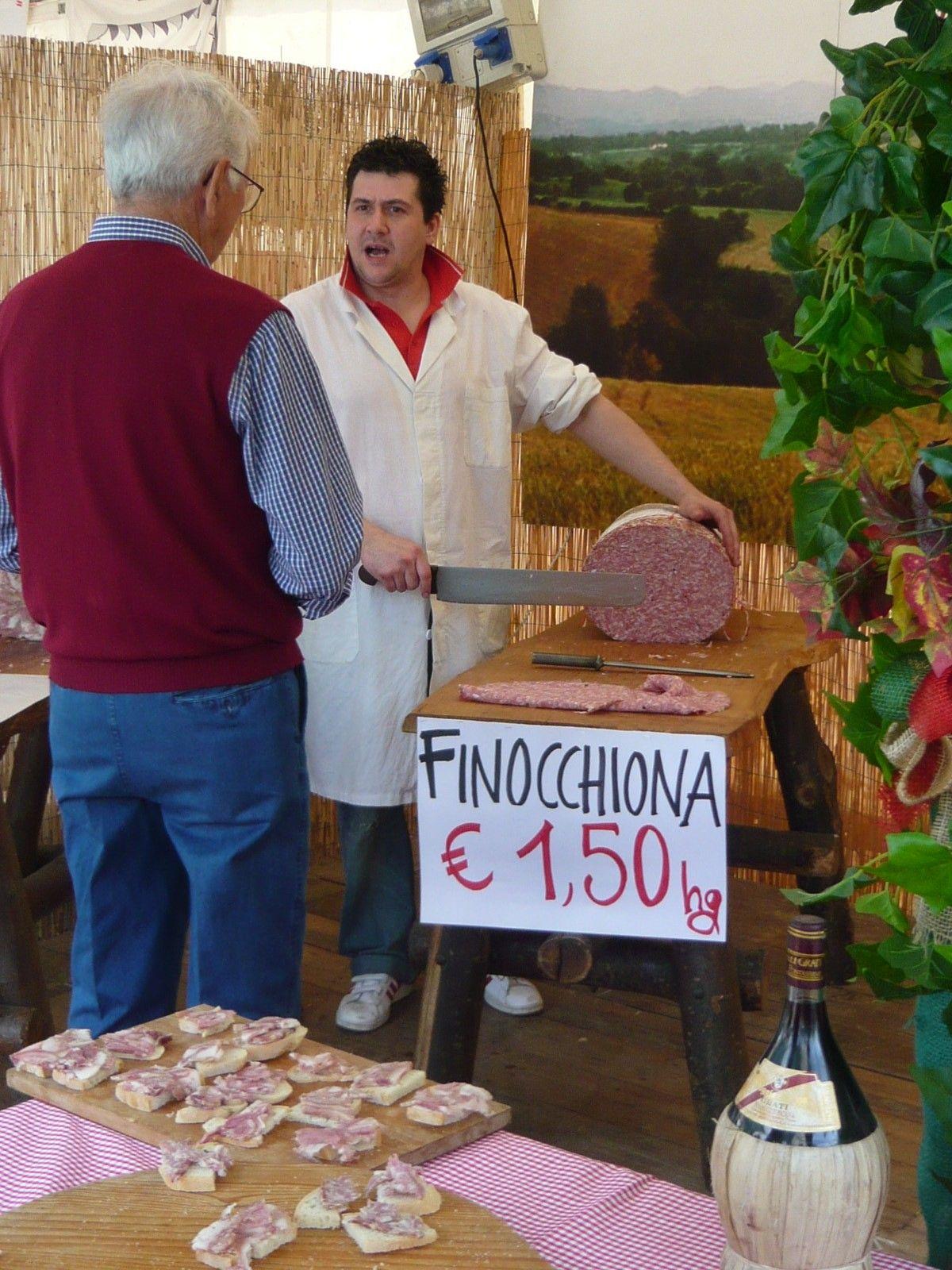 食材の屋台から花の市、職人の作品販売まで、楽しみは尽きず