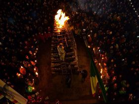 炎に包まれてクリスマスを迎える!イタリア、アッバディア・サン・サルヴァトーレの「フィアッコレ」