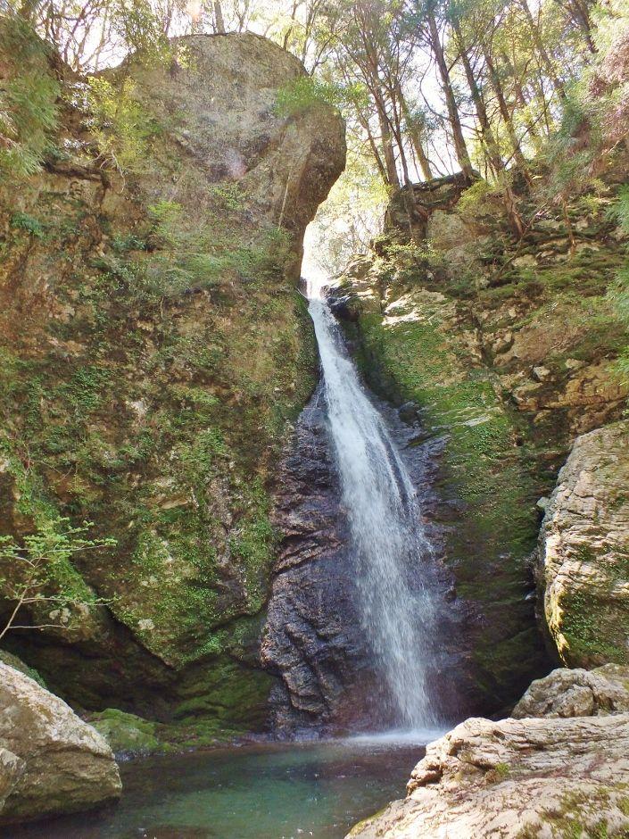 ハートの岩から滝が