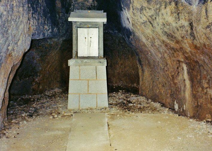 思わず食べたくなる岩とイザナギ命の洞窟