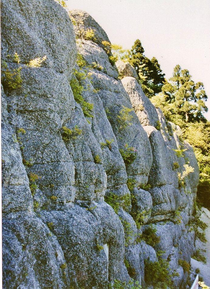 自然の巨大摩崖仏とは