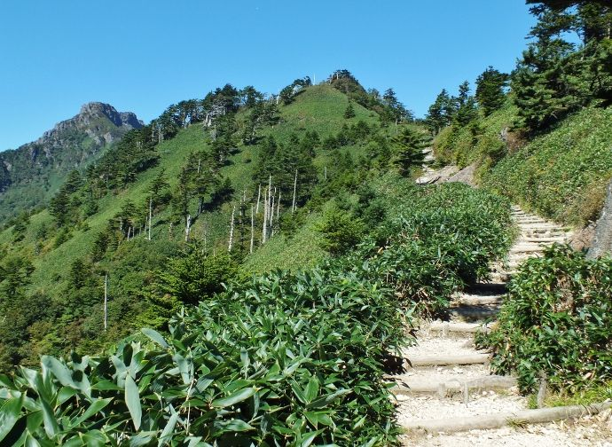 西日本最高峰!愛媛「石鎚山」初心者でも登れるコースと周辺のパノラマ高山群