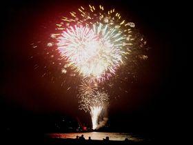 世界遺産で繰り広げられる、熊野大花火大会。大迫力の鬼ヶ城大仕掛け!衝撃の三尺玉海上自爆!|三重県|トラベルjp<たびねす>