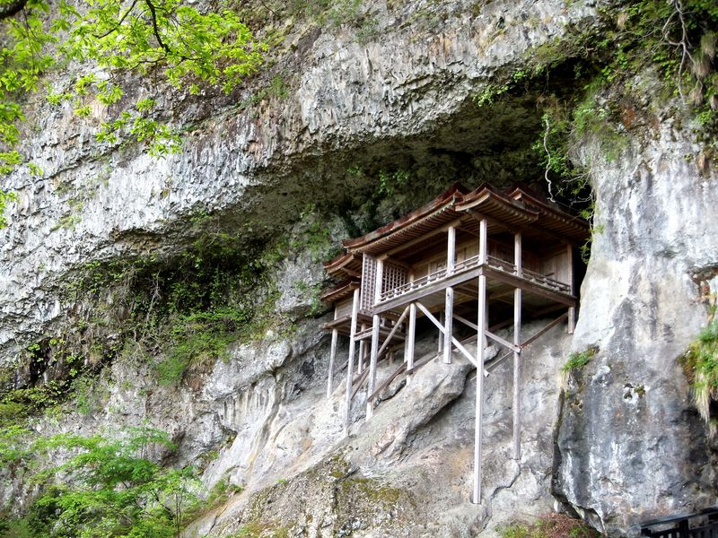 鳥取の国宝・三徳山投入堂は断崖絶壁の神窟に建つパワースポット!