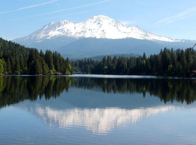 """湖面の美しい""""逆さシャスタ山""""を望める、レイクシスキューへ!"""
