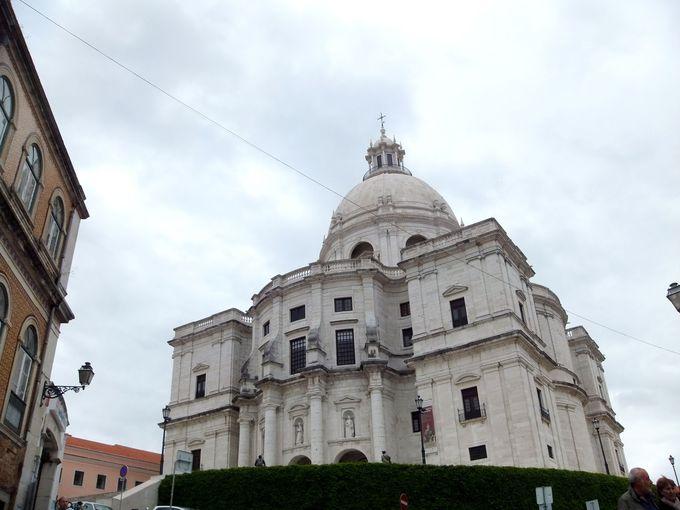泥棒市への目印は、サンタ・エングラシア教会!