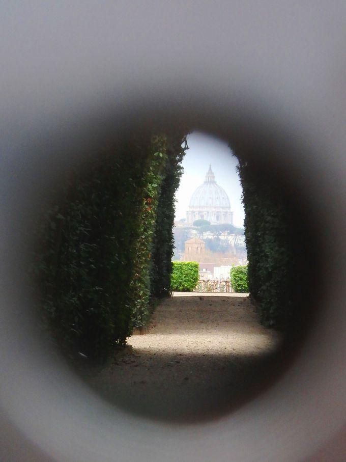 絵画のような美しい風景を覗く!マルタ騎士団の館の鍵穴