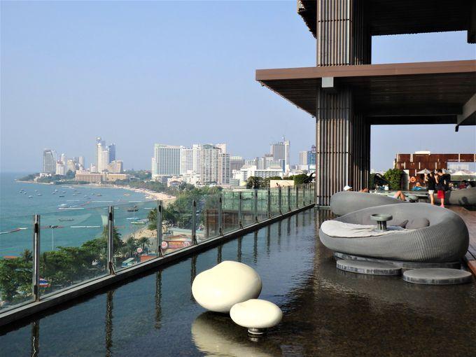 3.パタヤ湾の美しいビーチを一望して、まったりくつろごう