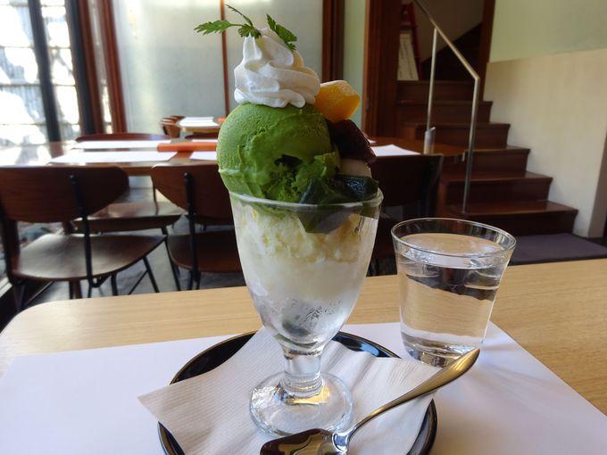 「よーじや嵯峨野嵐山店」の抹茶パフェは濃厚なお茶の風味の抹茶ゼリーや玉露アイスが入った人気メニュー