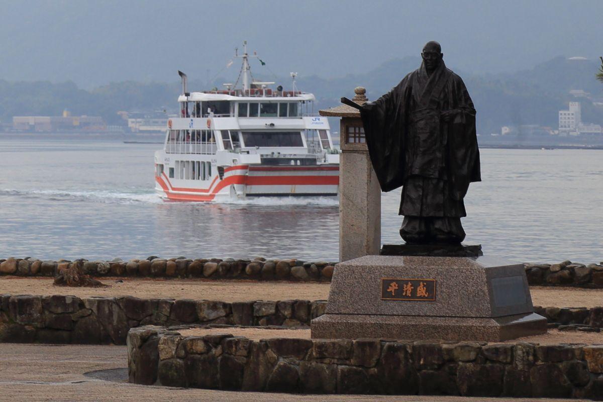 宮島観光のスタート。平清盛の銅像の前で記念写真を撮ろう!