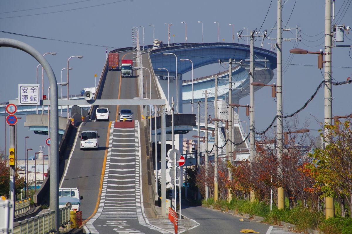 大阪のベタ踏み坂「なみはや大橋」は本家を凌駕する急勾配