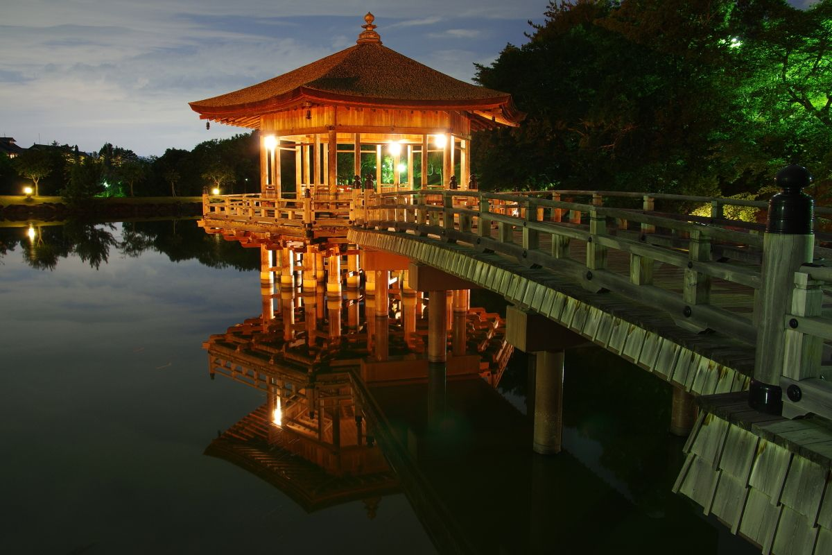 鶯池に浮かぶ「浮見堂」