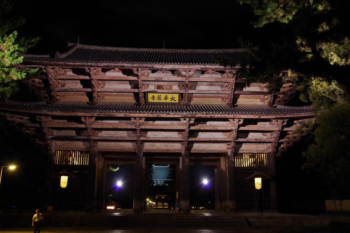 ライトアップされた東大寺・南大門の威容