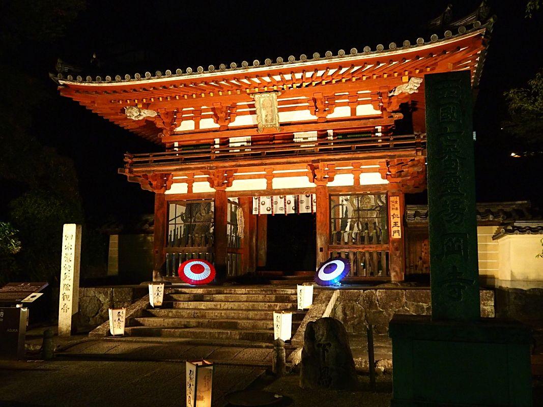 和傘を使ったライトアップが美しい「岡寺」