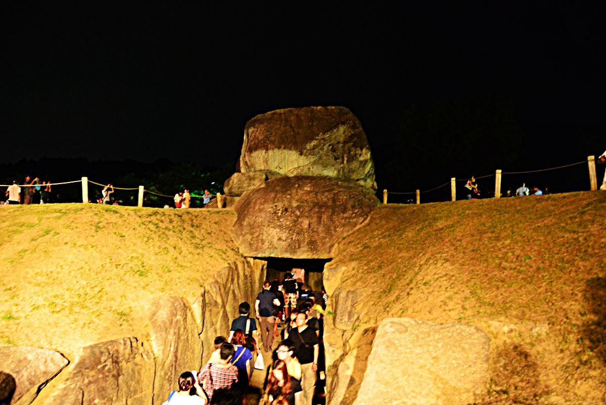 闇に浮かび上がる「石舞台古墳」のライトアップ