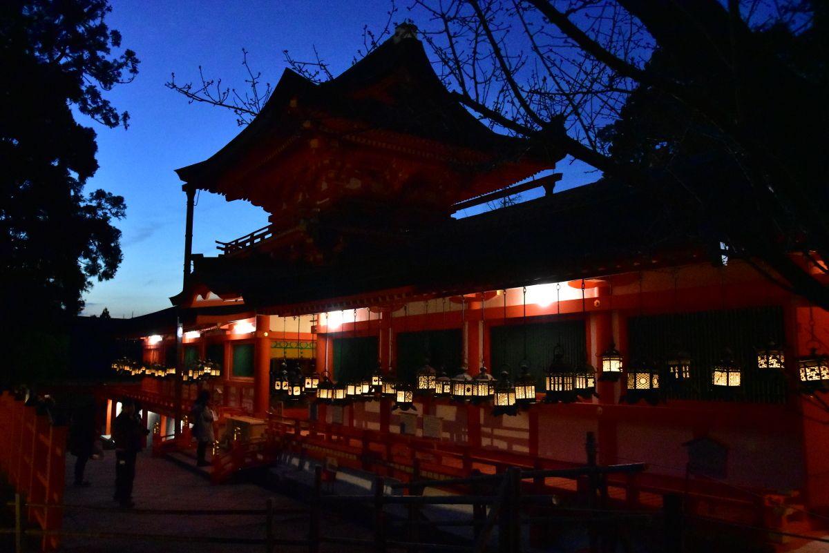 荘厳な雰囲気の春日大社の夜間特別拝観と「光の夜神楽」
