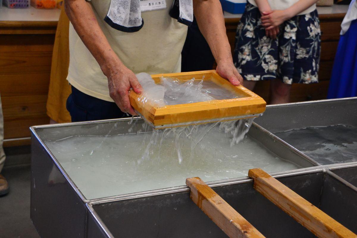 因州和紙の里「鳥取市あおや和紙工房」で紙すきランプ作り体験