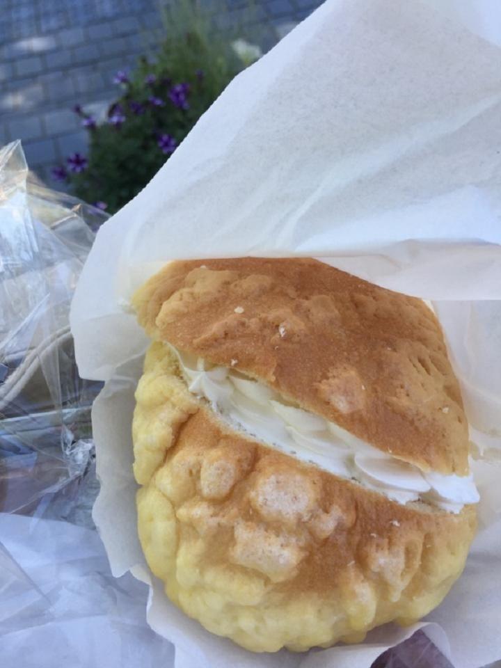 焼き立てパンをほおばりながら街歩き