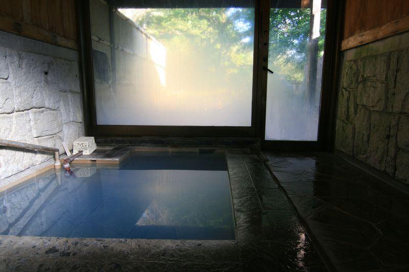 コバルトブルーの温泉とは?