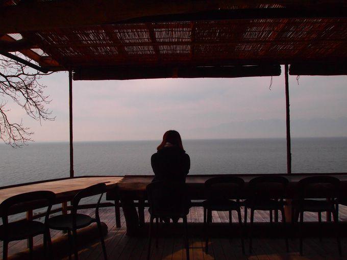 言葉を失うほどキレイで雄大な琵琶湖を堪能! テラス席が素敵な「シャーレ水々浜」