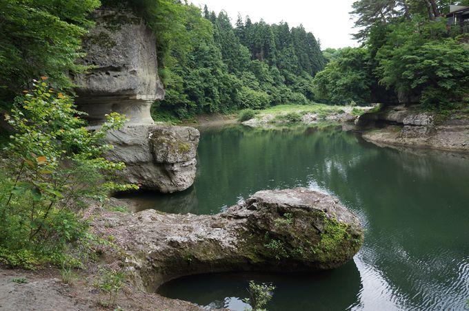 奇岩とは対照的な穏やかな河の流れ