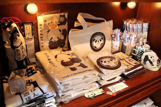 店主セレクトとオリジナルのパンダ雑貨も販売