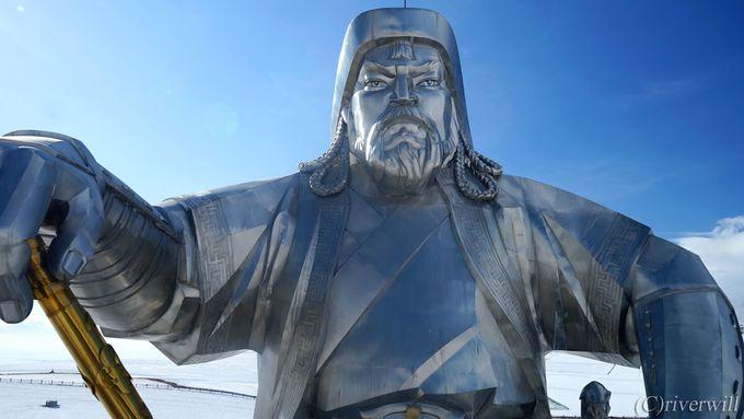 白銀の高原に立つ!高さ40mの巨大なチンギスハーン騎馬像