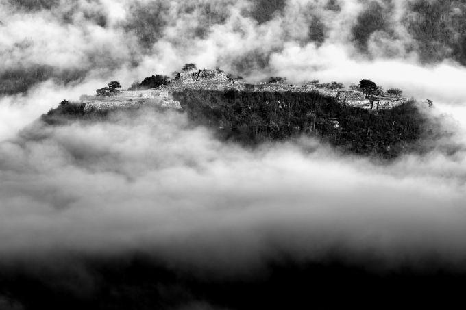 悠久の刻を天空の城・竹田城に映す「モノクロ撮影のススメ」