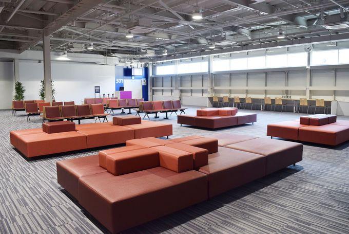 広々空間には大きなソファやキッズスペースを配置