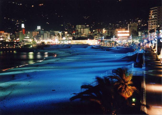 夜のライトアップも必見!「熱海サンビーチ」でリゾート気分