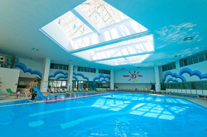 虹色に光るプールが幻想的な「リザンシーパークホテル谷茶ベイ」